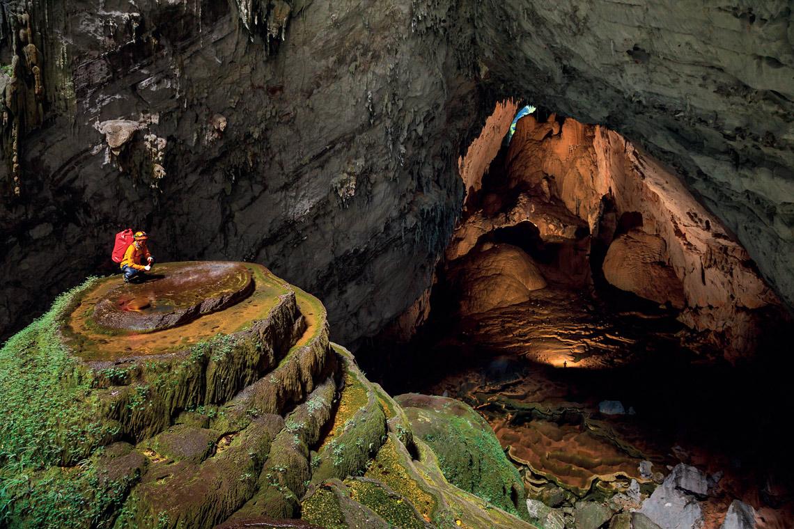 Услышав шум подземной реки, спелеологи начали продвигаться вглубь пещеры, в результате обнаружив ее невероятно огромные размеры.